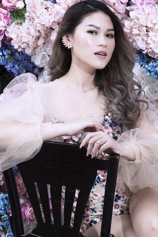Bộ ảnh được thực hiện với sự hỗ trợ từmake-up Kunny, trang phục của các nhà thiết kế Phương My, Tuấn Trần, Kim Khanh, Trần Hữu Duy.