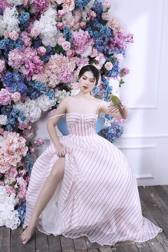 Các mẫu trang phục giúp nữ diễn viên trở nên nữ tính hơn nhờchi tiết trễ vai, cúp ngực và có đường xẻ cao, khoe chân thon.