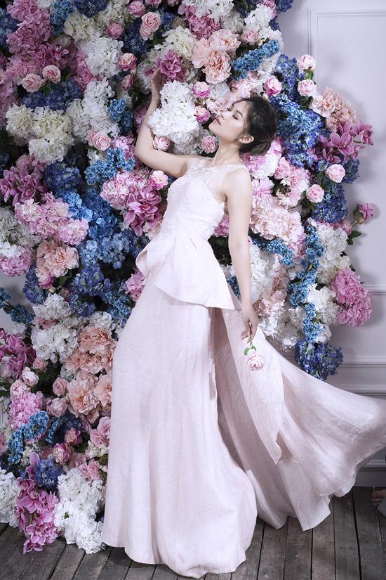 Với mỗi set váy, Ngọc Thanh Tâm lại thay đổi concept về tóc và make-up cho phù hợp.