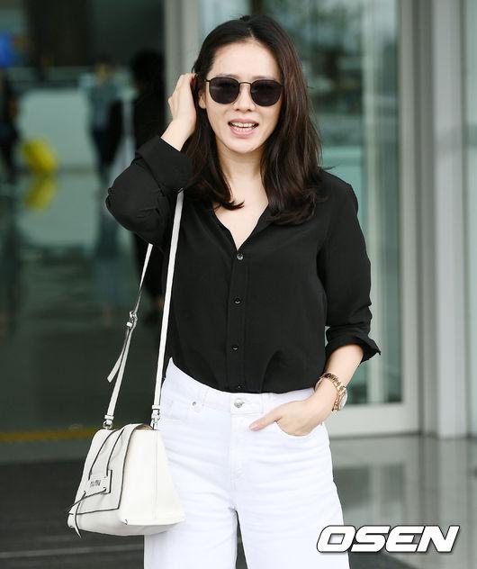 Sáng nay 29/5, Son Ye Jin cùng đoàn phim Chị đẹp mua cơm ngon cho tôi lên đường sang Nhật du lịch để mừng thành công của tác phẩm. Tại sân bay Incheon, mỹ nhân Hàn mặc thanh lịch, phong cách, gương mặt tươi rạng rỡ.