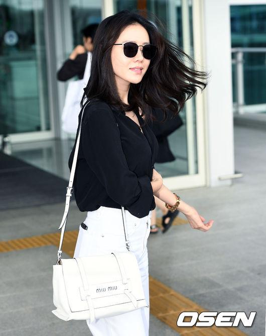 Style ăn mặc của Son Ye Jin nhận được nhiều lời khen ngợi tích cực từ khán giả trên mạng xã hội. Fan nhận xét:Cô ấy mặc đơn giản mà chất, Sơ mi và jeans rất hợp với vóc dáng mảnh mai của Son Ye Jin... Nữ diễn viên gần đây trò chuyện với phóng viên và tiết lộ, vai diễn cô gái ế Yoon Jin Ah trong Chị đẹp mua cơm ngon cho tôi mang đến cho cô rất nhiều trải nghiệm thú vị, đặc biệt trong mối quan hệ với bạn diễn Jung Hae In.