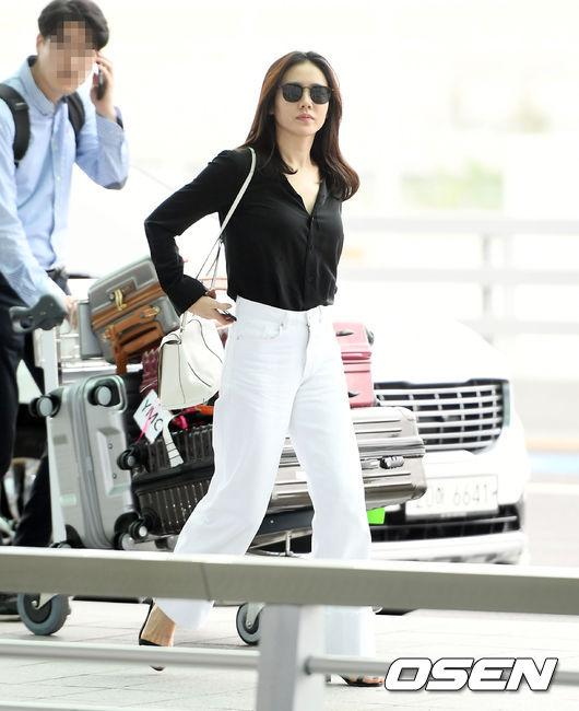 Cặp chị đẹp Son Ye Jin - Jung Hae In cùng sang Nhật - 2