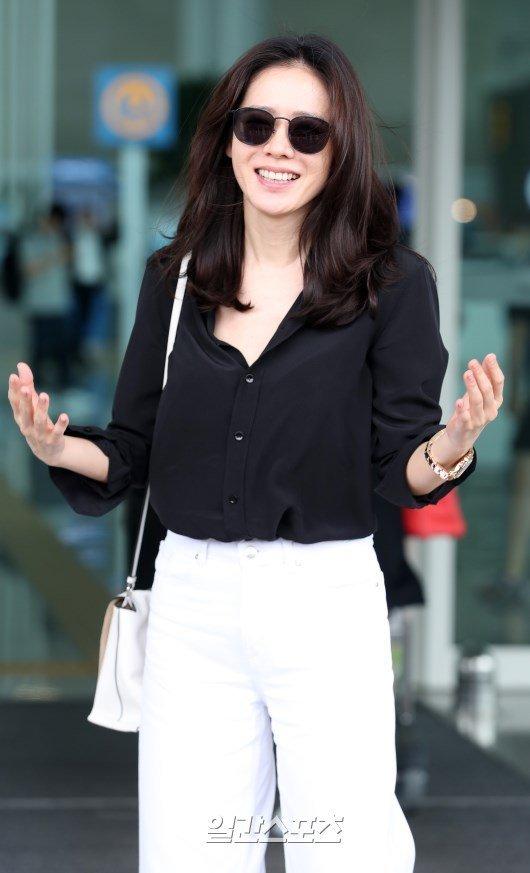 Xung quanh tin đồn phim giả tình thật với Jung Hae In, cô phủ nhận: Chúng tôi đang không hẹn hò. Nhưng nếu cậu ấy bảo với tôi hãy hẹn hò nhau đi, tôi chưa biết sẽ thế nào. Mỹ nhân Hàn cũng vui vẻ nói, cô chưa từng nghĩ đến chuyện yêu hậu bối, nhưng sau bộ phim, quan điểm của cô về việc yêu chênh lệch tuổi tác đã thay đổi khá nhiều.