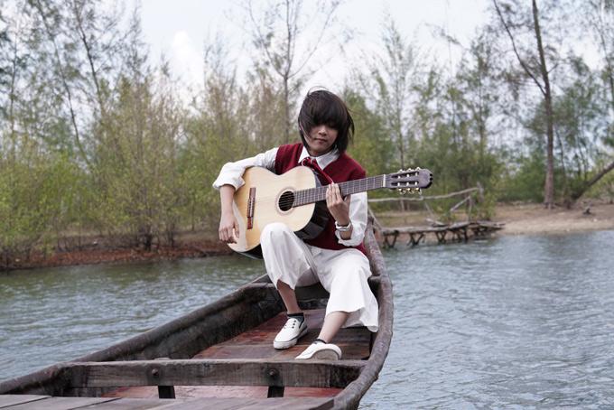 Thiên Khôi khiến nhiều người ngưỡng mộ bởi khả năng sáng tác, chơi nhạc cụ và giọng hát nội lực. MV có nhiều cảnh quay ngoài trời rất đẹp.