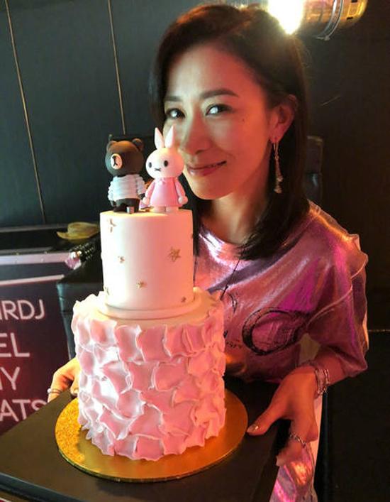 Nữ diễn viên viết trên trang Weibo: Một đêm đầy tiếng cười, tuổi 43 của tôi, cảm ơn các bạn.