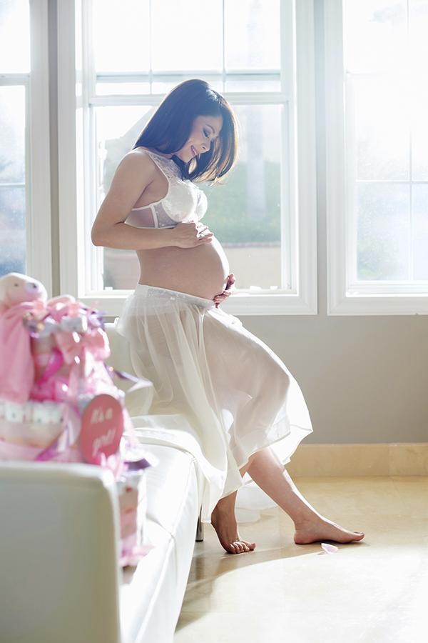 Ngày 29/5, ca sĩ Thanh Thảo gây bất ngờ khi chia sẻ chuyện cô đang có bầu bé gái được 8 tháng.