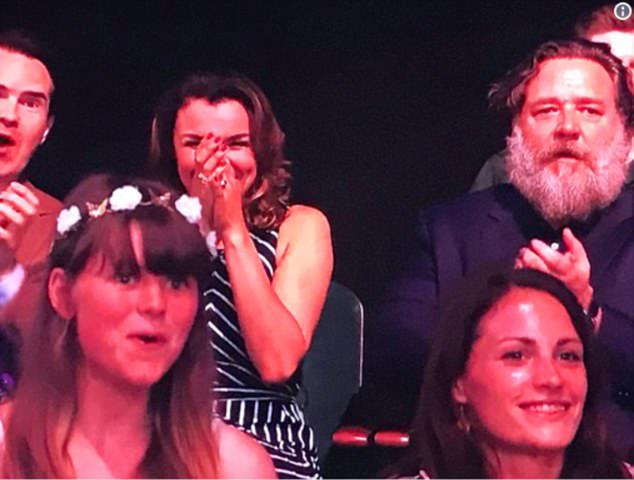Russell ngồi trên hàng ghế khán giả theo dõi đêm bán kết thứ hai của chương trình tìm kiếm tài năng Anh.