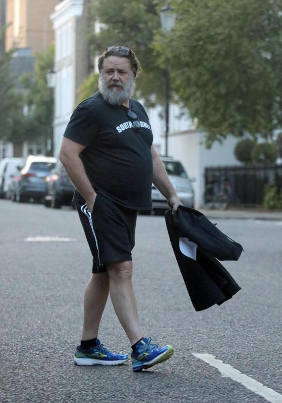 Russell Crowe được trông thấy tản bộ trên đường phố ở London hôm 29/5. Nếu không phải paparazzi, người hâm mộ cũng khó có thể nhận ra ngôi sao điện ảnh nổi tiếng trong dáng vẻ này.