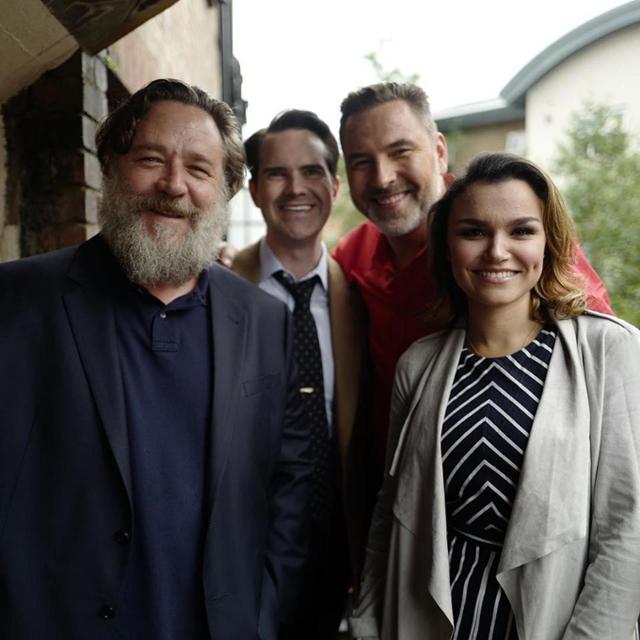 Russell Crowe tới trường quay Britains Got Talent vào tối 29/5. Anh gặp gỡ giám khảo David Walliams (áo đỏ) và đi cùng danh hài Jimmy Carr, nữ diễn viên Samantha Barks.