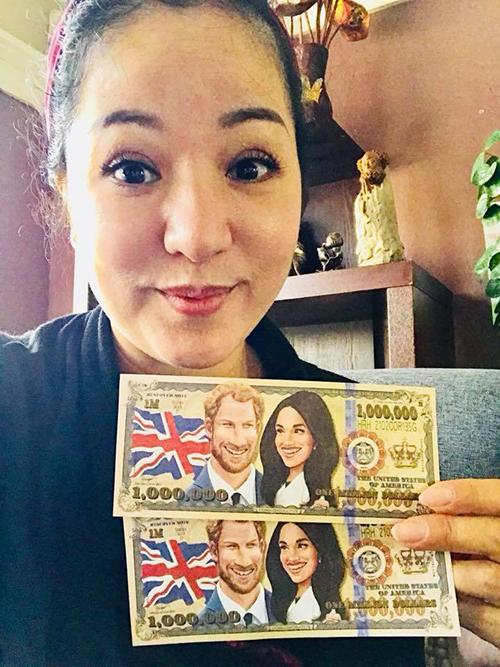 Thuý Nga khoe món quà là tờ tiền lưu niệm in hình Hoàng tử Harry và Công nương Meghan.