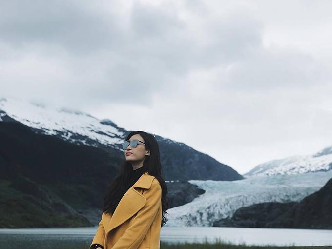 Dù sợ lạnh nhưng hoa hậu Mỹ Linh vẫn quyết tâm tới thăm Alaska (Mỹ). Cô viết: Sao một người sợ lạnh như tui lại dám đến đây nhỉ. Cũng may là có outfit xinh đẹp ấm áp.