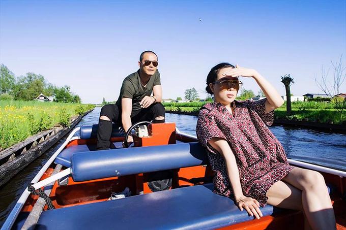 Quách Ngọc Ngoan chia sẻ lại bức ảnh của chuyến đi Hà Lan cùng Phượng Chanel. Anh chú thích: Giữ đôi mắt hướng lên bầu trời và đôi chân trên mặt nước.