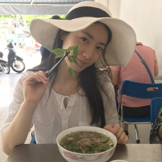 Hyo Young khoeảnhăn phởở Việt Nam.