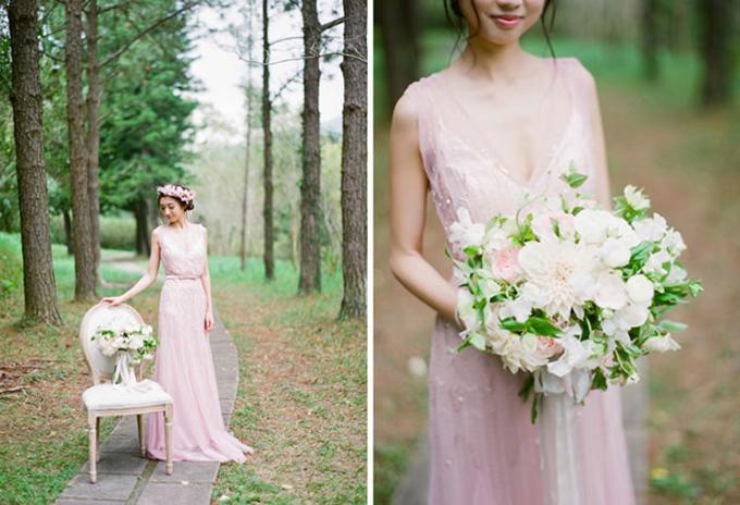 6. Váy cưới: Thay vì sắc trắng tinh khôi truyền thống, ngày nay cô dâu có nhiều sự lựa chọn đa dạng về màu váy cưới. Trong đó, tân nương có thể chọn diện một chiếc váy màu hồng nhạt để sánh bước bên tân lang của mình trong ngày trọng đại.