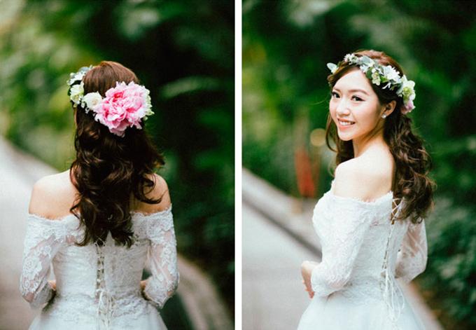 3. Vòng đội đầu từ hoa tươi:Bạn có thể dùng hồng trắng, hồng pastel và những bông hoa baby để kết thành chiếc vònglàm điểm nhấn cho mái tóc.