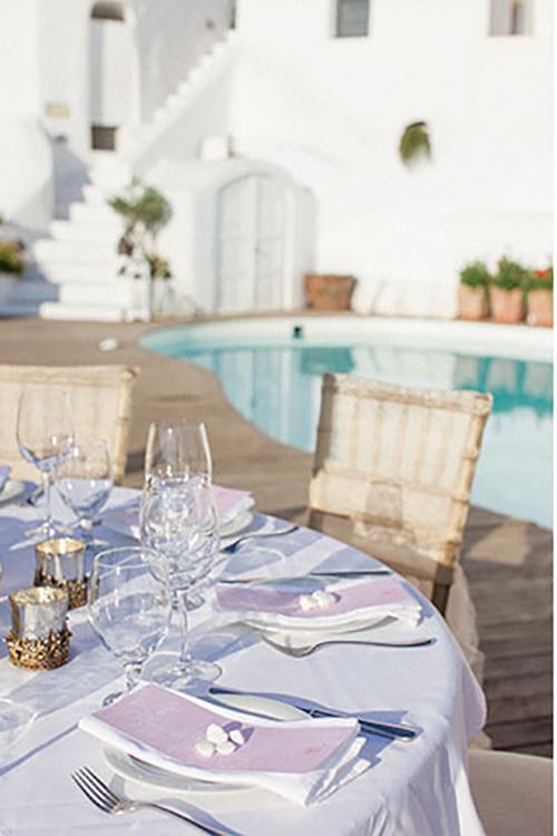 4. Bàn tiệc: Một tờ thực đơn màu hồng nhạt cũng là ý tưởng không tồi để đem sắc hồng vào trong đám cưới của bạn.