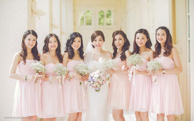 2. Trang phục phù dâu: Bạn có thể giúp các nàng phù dâu trở nên đáng yêu hơn trong bộ cánh mang sắc hồng nhạt. Có lẽ sẽ chẳngcô gái nào cưỡng nổi sắc màu siêu nữ tínhnày.