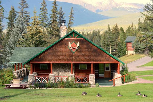 Khu nghỉ dưỡng rộng hơn 280 ha nằm cạnh núi Lac Beauvert. Ảnh: Alamy.