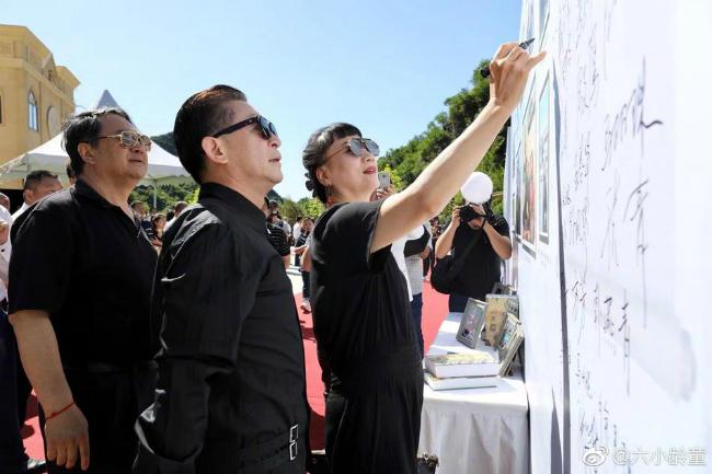Nam diễn viên Lục Tiểu LinhĐồng và vợ, diễn viên Vu Hồng cùng ký lưu niệm tại sự kiện.