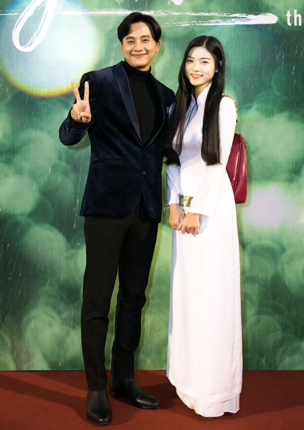 Mai Tài Phến tạo dáng xì tin chụp ảnh cùng diễn viên Nam Phương - đóng vai em gái của anh trong phim mới.