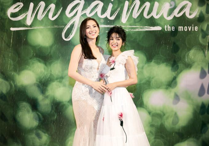 Người đẹp Phương Anh Đào (trái) và em gái mưa Thùy Linh thân thiết ngoài đời. Trong phim Phương Anh Đào hóa thân cô giáo trẻ còn Thùy Linh là nữ sinh cấp ba. Cả hai cùng yêu thầy giáo Mai Tài Phến.