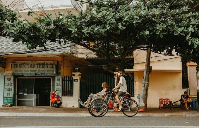 Bộ ảnh được chụp tại một góc củathành phố Vũng Tàu. Trong ảnh, Thibaut và Cannelletự chở nhau trên chiếc xích lô Việt Nam. Khi chụp ảnh cưới trên đường phố, uyên ương có thể hòa mình vào dòng người trên con phố để có những bức ảnh đời thường ấn tượng.
