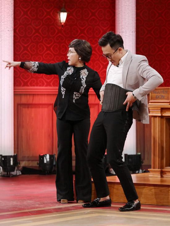 Mặc cho Trấn Thành phủ nhận, Việt Hương yêu cầu ê kíp mang cân ra để kiểm tra và cuối cùng ông xã Hari Won nặng 76,3kg.