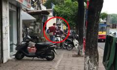 Anh Tây chặn xe máy leo vỉa hè ở Hà Nội