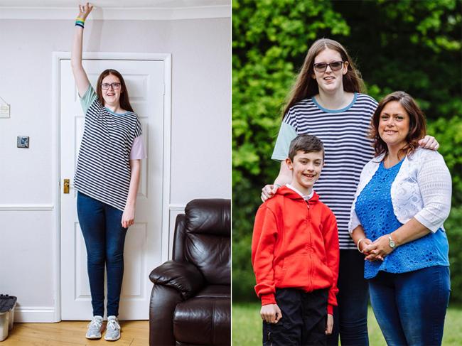Sophie cao sắp chạm trần nhà (bìa trái) và cao hơn rất nhiều so với mẹ cùng em trai (bìa phải). Ảnh: The Sun.