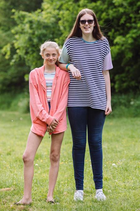Sophie đứng cùng cô bạn Marta Porter bằng tuổi. Ảnh: The Sun.