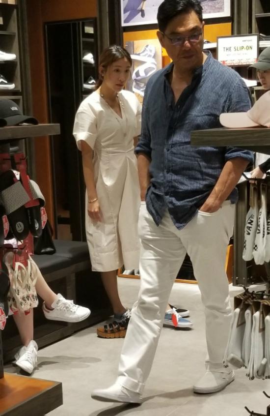 Lý Mỹ Tuệ, diễn viên đài TVB được ông xã tương lai đưa đi mua sắm hôm 30/5. Nữ diễn viên Thâm Cung Kế