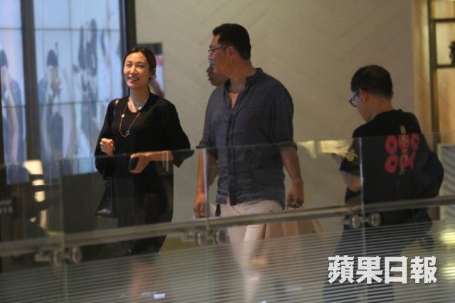 Sau buổi shopping,ông xã tương lai tay xách nách mang túi lớn túi nhỏ. Một số nguồn tin cho hay mỹ nhân TVBđã có bầu.