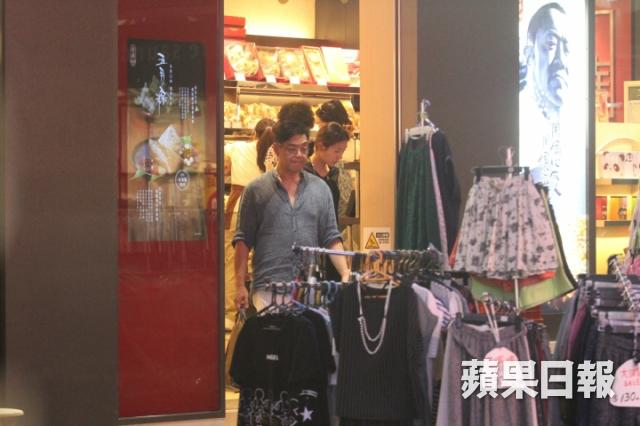 Cặpđôi ra về sau buổi mua sắm, họ rẽ vào một tiệm bánh Tàu và tranh thủ thưởng thức các mónăn trước khi ra về.