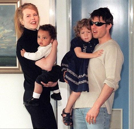 Nicole và Tom nhận nuôi cô bé Isabella năm 1992 và cậu bé Connor năm 1995.