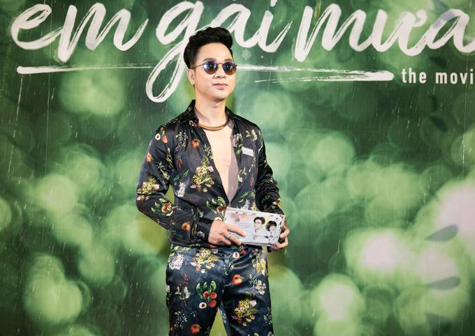 Ca sĩ Quách Tuấn Du điệu đà với trang phục in hoa.