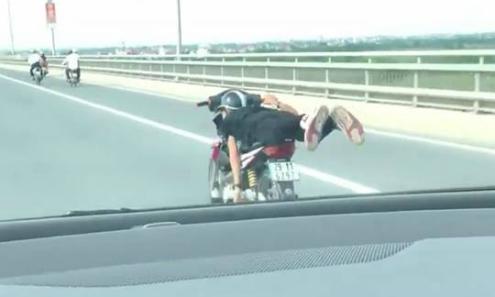 'Quái xế' nằm lên yên xe máy, phóng vun vút trên cầu Nhật Tân
