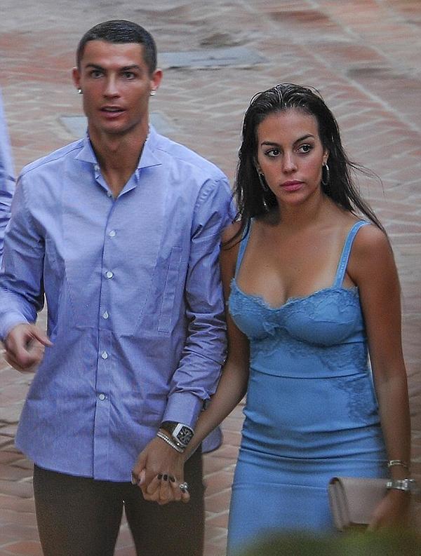 Ronaldo và bạn gái tay trong tay tình cảm. Cặp đôi hẹn hò được hai năm nay. Cuối năm ngoái,Georgina sinh cho siêu sao người Bồ Đào Nha một cô con gái xinh xắn tênAlana Martina.