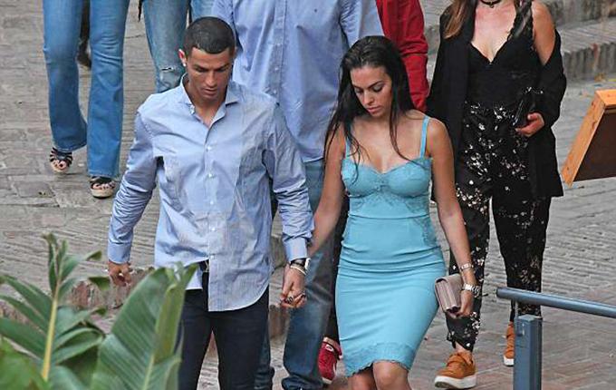 Bạn gái C. Ronaldo diện chiếc váy hai dây màu xanh, bó sát,khoe vòng một gợi cảm và thân hình gọn gàng sau hơn nửa năm sinh con.