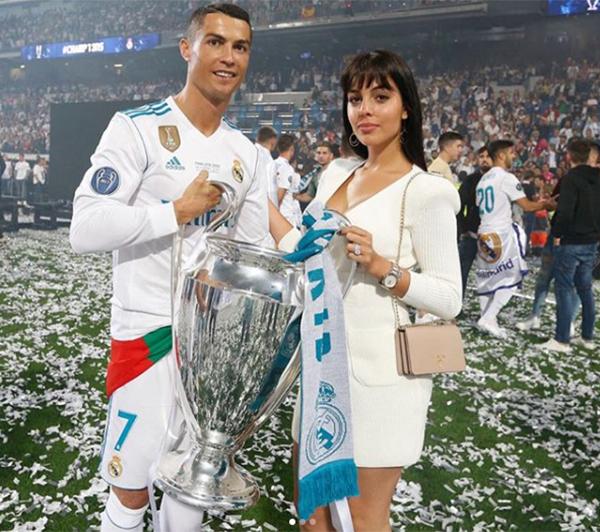 Bạn gáiGeorgina xuống sân chia vui với C. Ronaldo sau khi cùng Real giành chức vô địch Champions League. Đây là chiếc Cup Champions League thứ 5 trong sự nghiệp của anh. C. Ronaldo lần thứ 6 liên tiếp đoạt danh hiệu vua phá lưới với 15 bàn thắng ở giải năm nay.