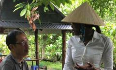 Siêu mẫu Naomi Campbell đội nón lá xuất hiện ở Cần Thơ
