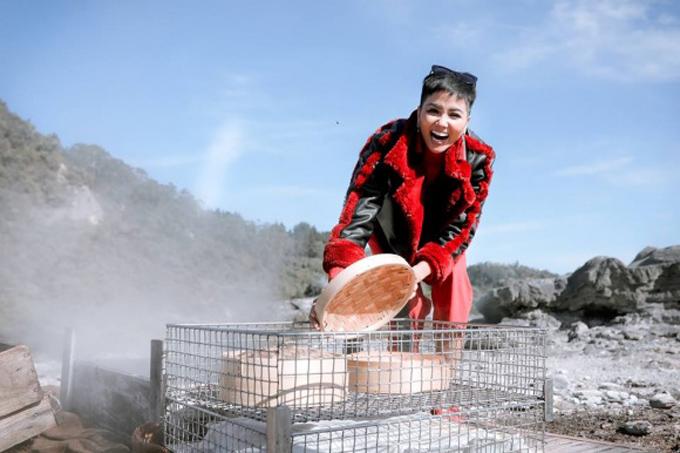 Hoa hậu HHen Niê lại có chuyến đi nước ngoài đầu tiên sau khi đăng quang. Khi ghé thăm Te Puia (New Zealand), HHen Niê được tiếp xúc với những người dân thân thiện và ăn bữa trưa theo phong cách Hangi.