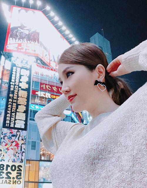 Tháng 5 là thời gian bận rộn của Bảo Thy. Vừa kết thúc chuyến đi Đài Loan, nữ ca sĩ đã tới Nhật lưu diễn. Giữa lịch làm việc bận rộn, cô vẫn dành thời gian tới khu Shibuya đông đúc tấp nập - tụ điểm ăn chơi bậc nhất Tokyo.