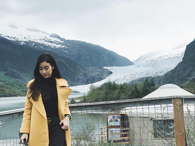 Hoa hậu Mỹ Linh bất chấp nỗi sợ lạnh của mình để đặt chân tới vùng đất băng giá Alaska (Mỹ) - nơi quanh năm tuyết phủ.