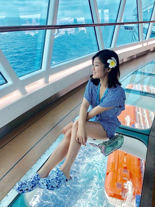 Cũng tới Đài Loan và Nhật Bản - hai điểm đến quen thuộc của sao Việt thời gian này nhưng Hoàng Yến Chibi lại lựa chọn phương tiện là du thuyền, khởi hành từ Đài Bắc đi Okinawa