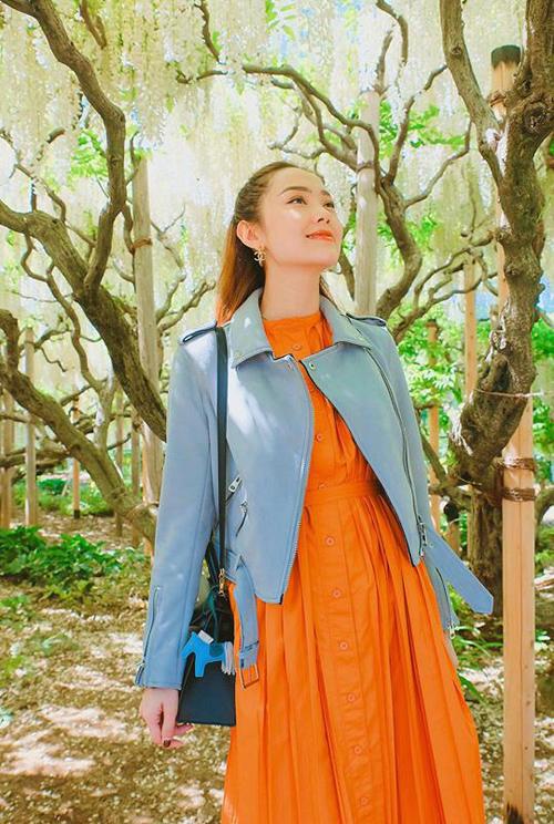 Đầu tháng 5, bé Heo Minh Hằng tận hưởng mùa xuân trăm hoa đua nở ở Nhật. Cô ghé thăm công viên hoa tử đằng nổi tiếng ở thành phố Ashikaga thuộc quận Tochigi, cách Tokyo chừng 2h đi tàu.
