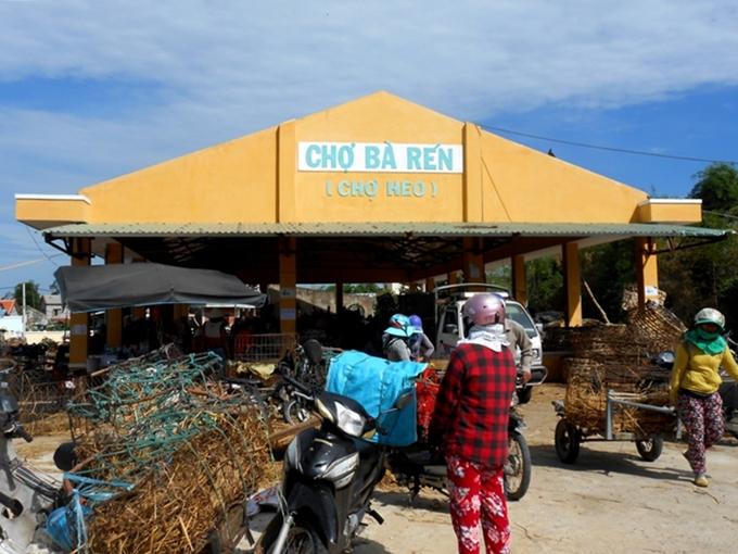 Khu chợ nơi lợn con được coi như thú cưng ở Quảng Nam, gây tò mò cho du khách
