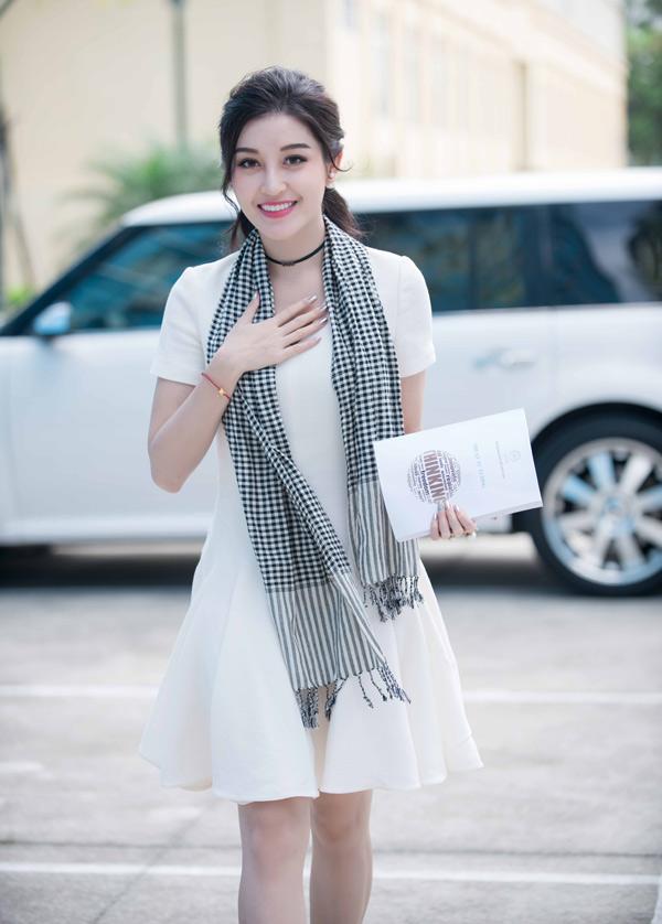 Mỹ nhân người Hà Nội xinh tươi rạng rỡ ở tuổi 23. Cô là đại diện Việt Nam duy nhất lọt top 32 Hoa hậu đẹp nhất năm 2017.