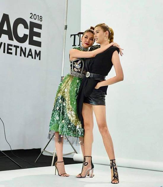 Võ Hoàng Yến và Thanh Hằng nhí nhảnh tạo dáng trong lúc chờ set up ánh sáng cho phần chụp ảnh chân dung các thí sinh.