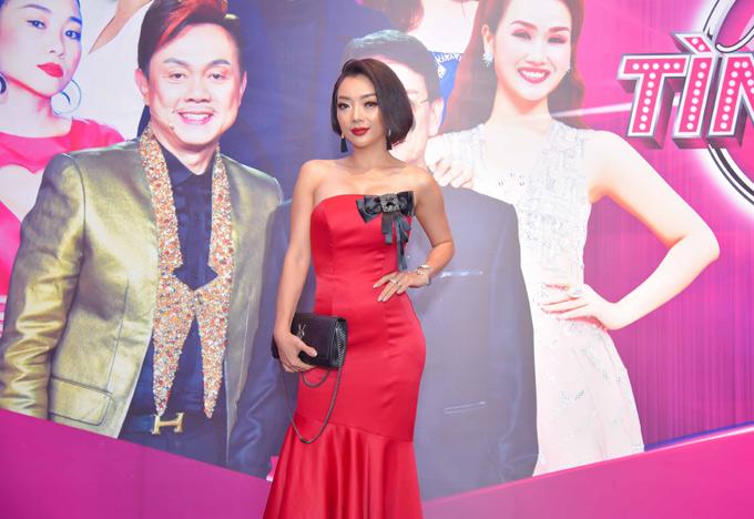 Quán quân Người hát tình ca 2017 Phương Anh khoe vai trần gợi cảm trong buổi họp báo.