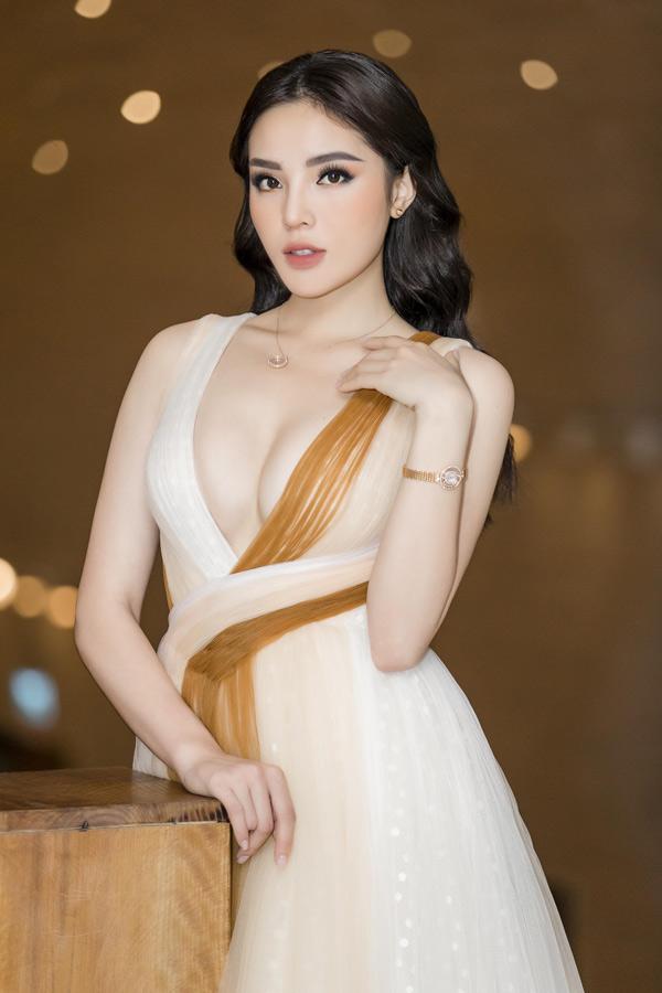Diện một chiếc váy mới nhất của nhà thiết kế Lê Thanh Hoà, Kỳ Duyên khiến người đối diện đỏ mặt với vòng một căng tròn được tôn lên táo bạo.